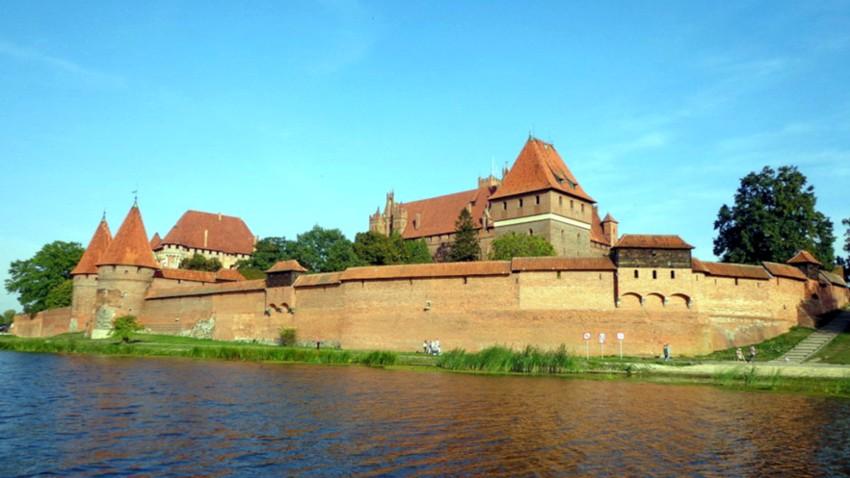 Spływ kajakowy Nogatem z metą przy zamku krzyżackim w Malborku