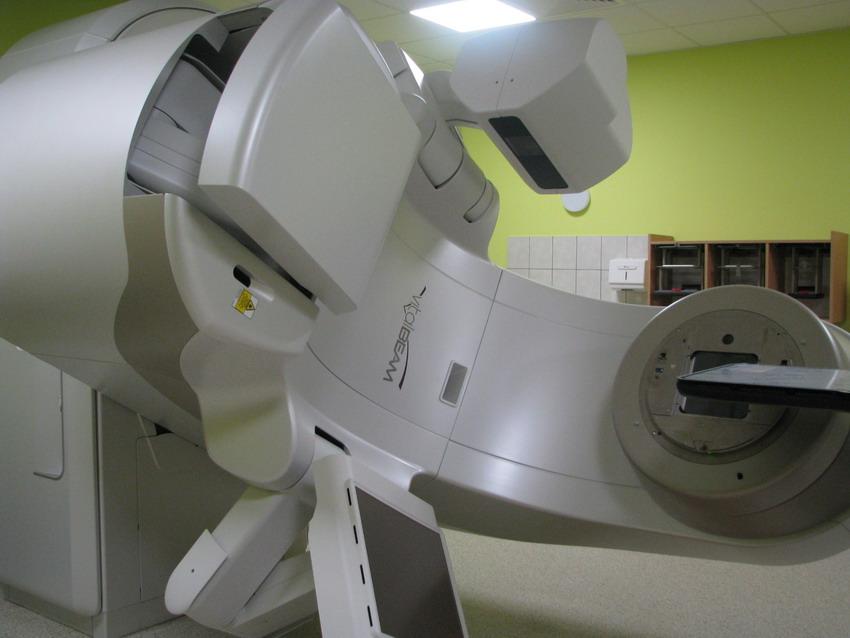 Zadowoleni pacjenci, technicy radioterapii i lekarze. Najnowszy akcelerator już działa w Szpitalu Morskim im. PCK w Gdyni