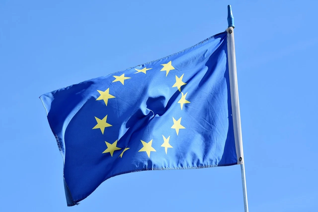 Polska w UE. Bezrobocie spadło 17 proc., a odsetek osób z wykształceniem wyższym wzrósł dwukrotnie [INFOGRAFIKA]
