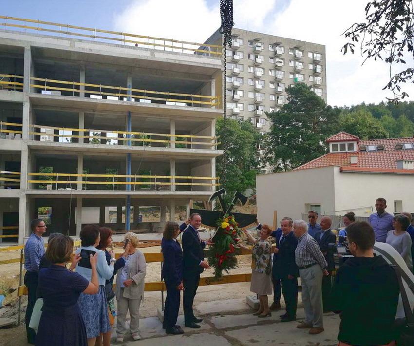 Wiecha nad Centrum Opieki Geriatrycznej w Sopocie. Pacjenci trafią tam jesienią 2019 roku