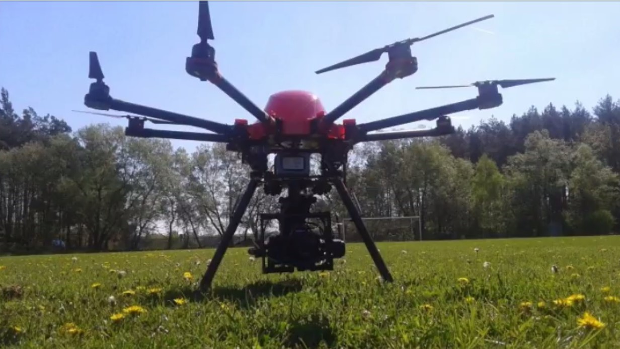 Barszcz Sosnowskiego zagraża Kępicom. Gmina kupiła dron do walki z tą niebezpieczną rośliną. Jak działa to urządzenie?