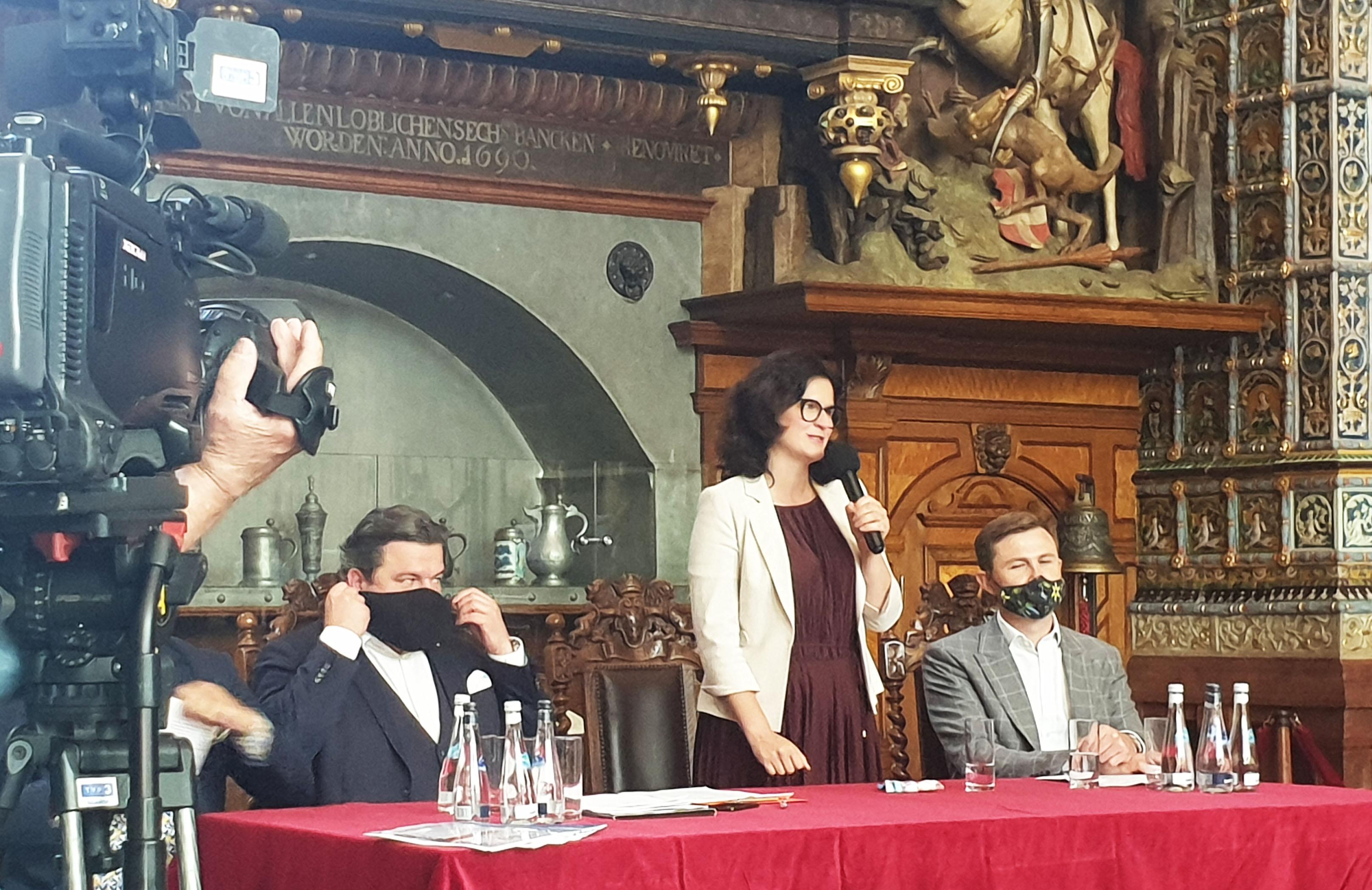 konferencja prasowa w dworze artusa w gdańsku. przemawia Aleksandra DULKIEWICZ