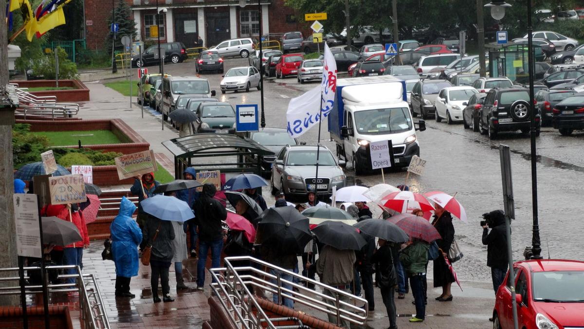 Pikieta pracowników Opery Bałtyckiej przed Urzędem Marszałkowskim