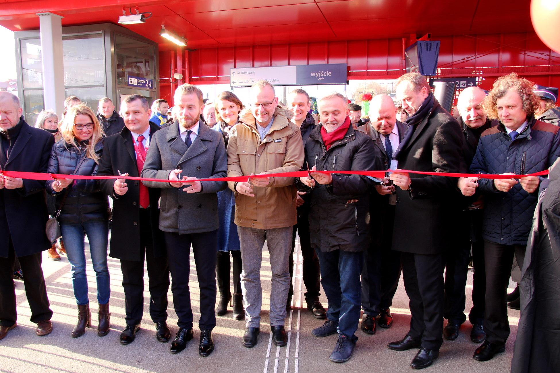 Czerwona wstęga połączyła Gdynię i Gdańsk. Otwarcie nowych przystanków Gdynia Stadion i Gdynia Karwiny