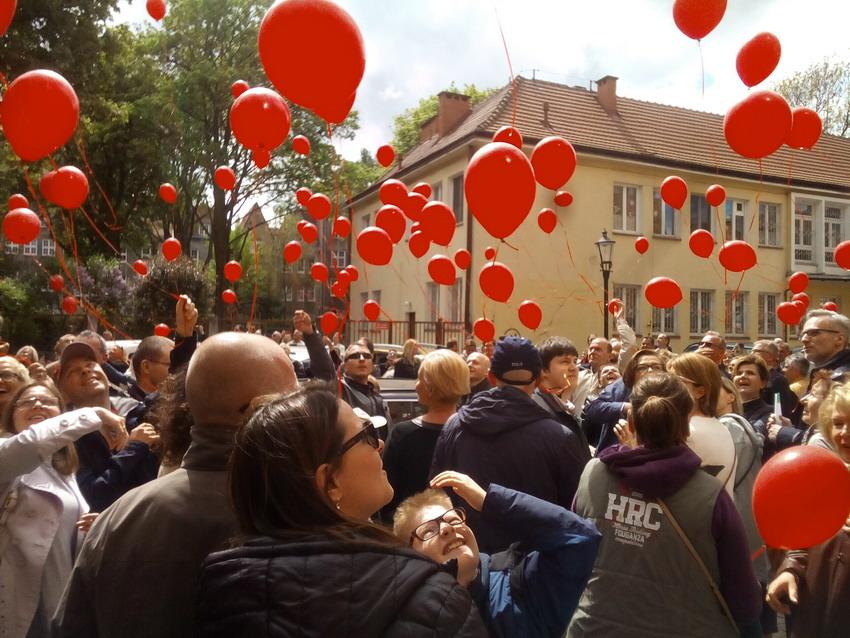 Światowy Dzień Pamięci o Zmarłych na AIDS. W niebo poszybuje 200 czerwonych balonów