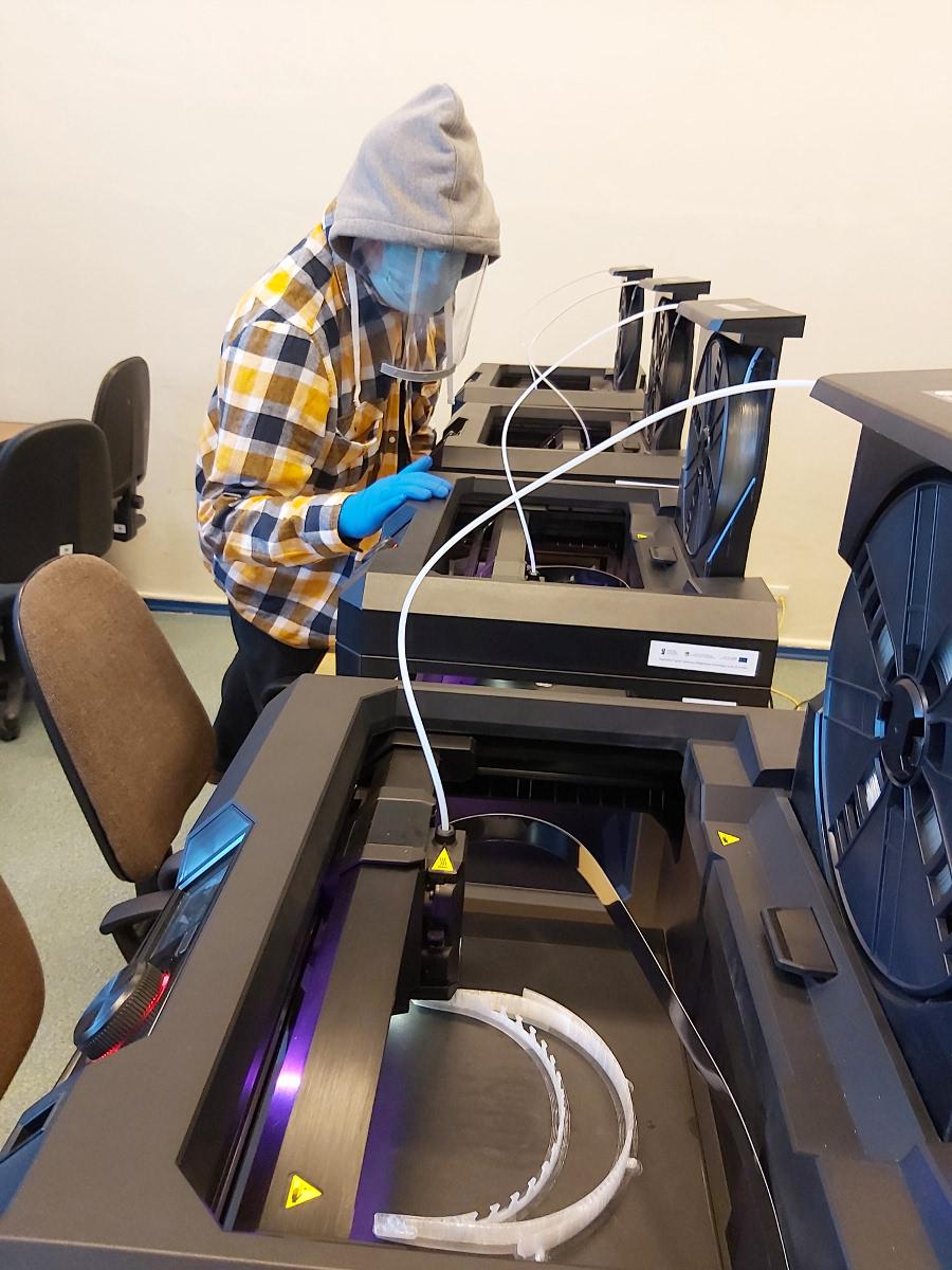 Na drukarkach 3D drukują przyłbice i adaptery do masek. Tak nauczyciele pomagają szpitalowi na Zaspie