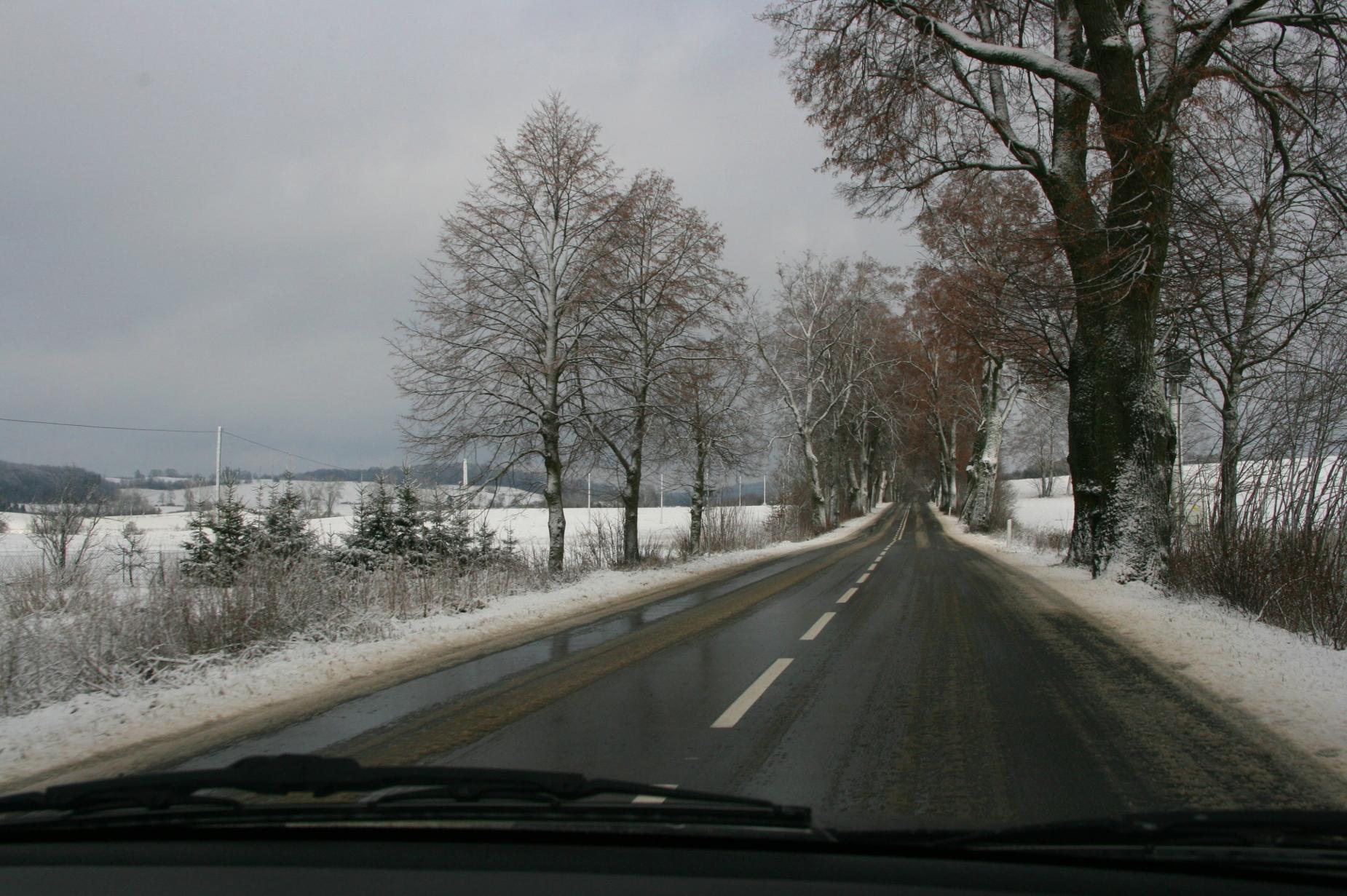 """Śnieg albo lód na drodze? Akcja """"Zima"""" na drogach to kilkadziesiąt pługów i piaskarek. Co każdy kierowca wiedzieć powinien?"""