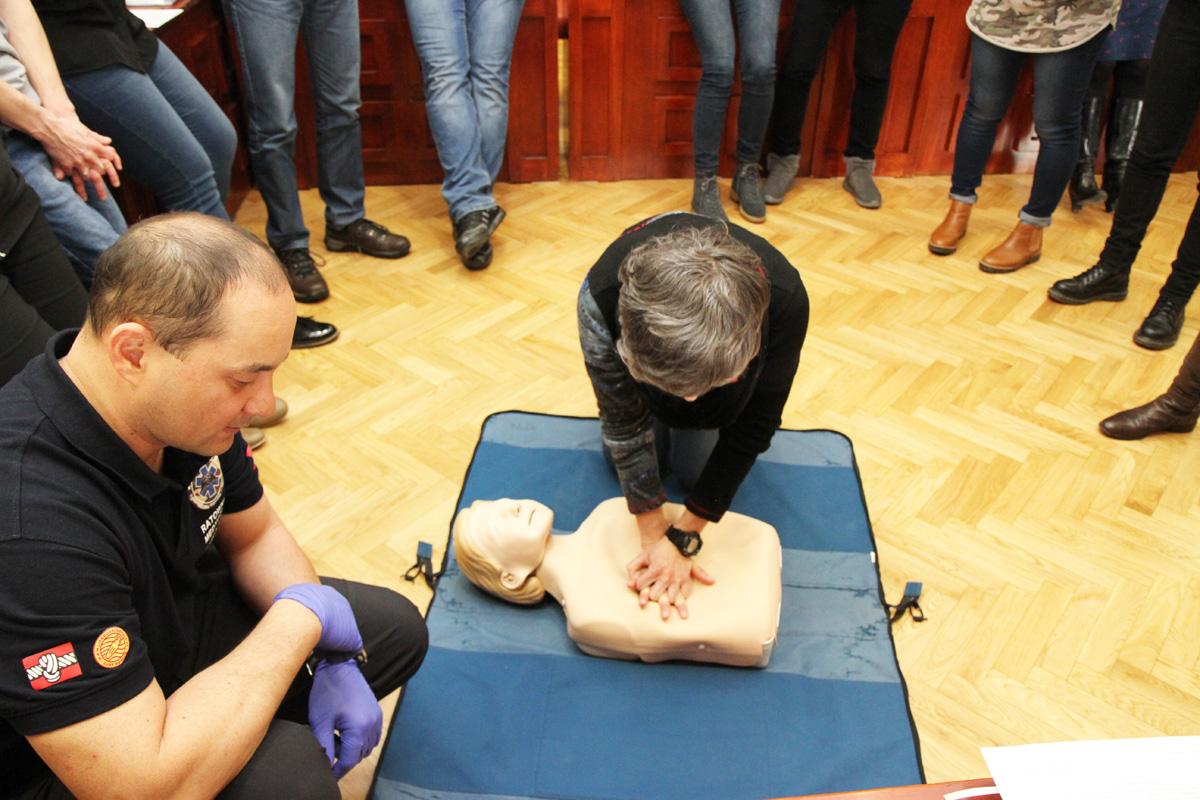 Jak właściwie zrobić masaż serca i czym jest łańcuch przeżycia? Pracownicy urzędu uczą się udzielania pierwszej pomocy