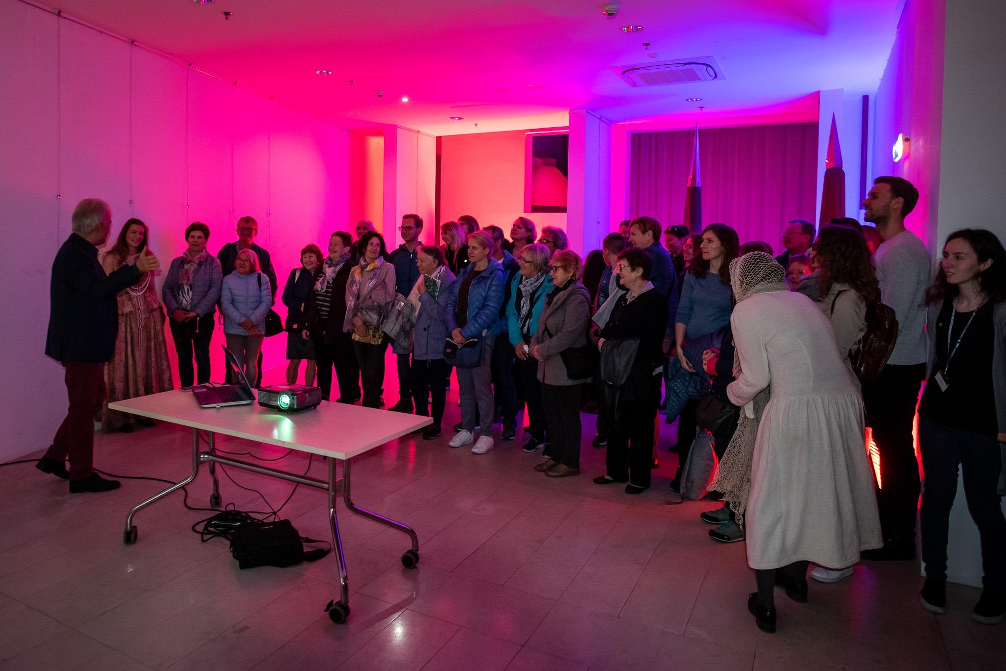 Ludzie zwiedzający teatr podczas Nocy Muzeów