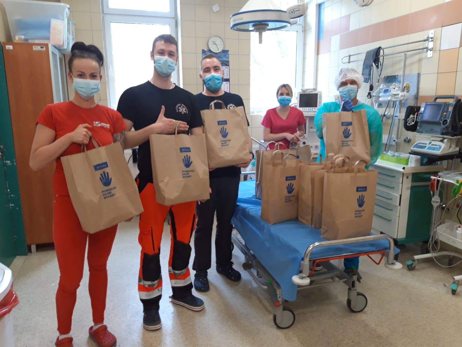 Tysiące maseczek i przyłbic dla szpitali, nowy sprzęt i posiłki dla medyków. Firmy, agencje, lokalni restauratorzy – pomagali wszyscy