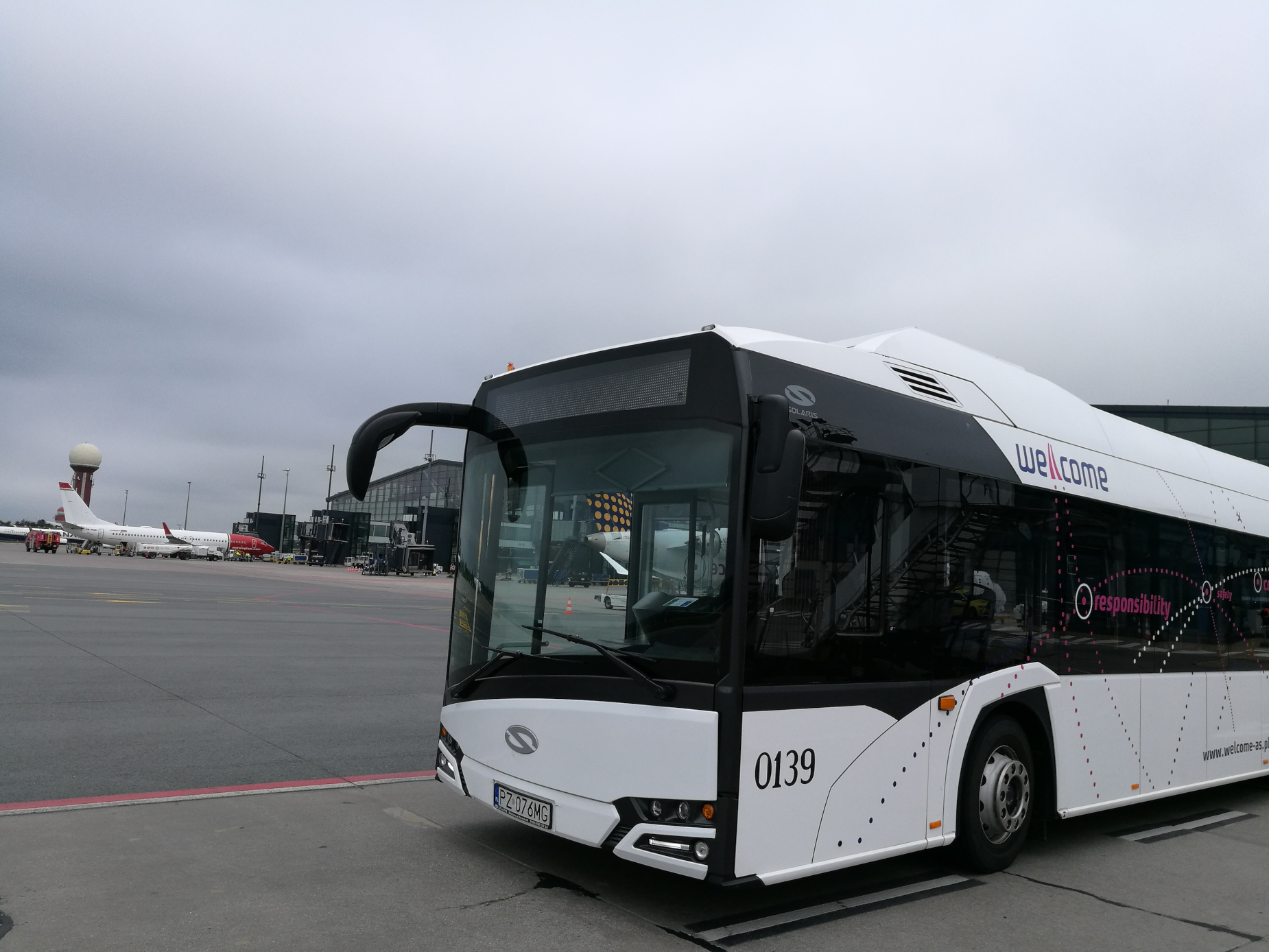 Ekologiczny transport do samolotu. Po płycie gdańskiego lotniska jeździ autobus na prąd