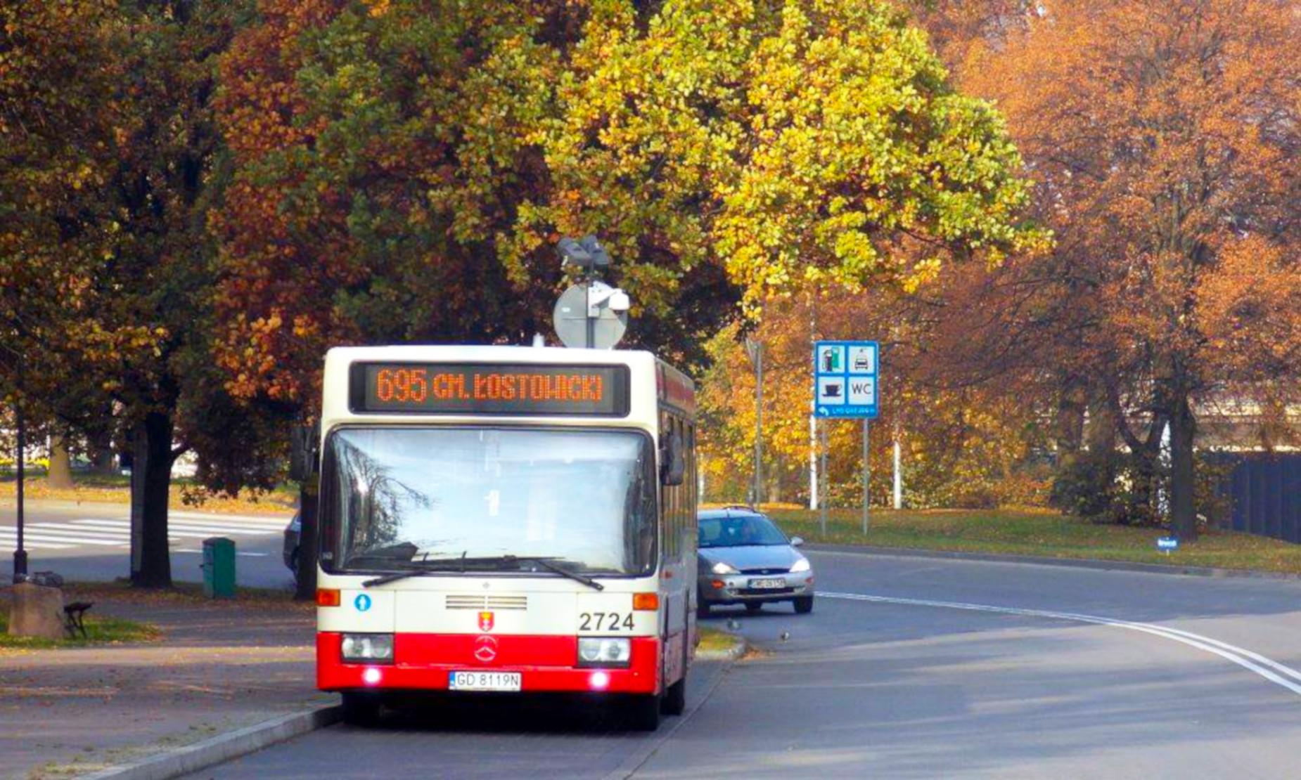 Autobusem czy samochodem? Jak dojechać na cmentarze? [PORADNIK]
