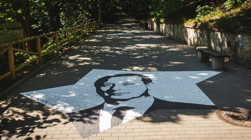 Niezwykle murale na chodniku. Zobaczysz je w drodze do Opery Leśnej w Sopocie