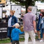 Ludzie oglądający wystawę plenerową w Gdańsku