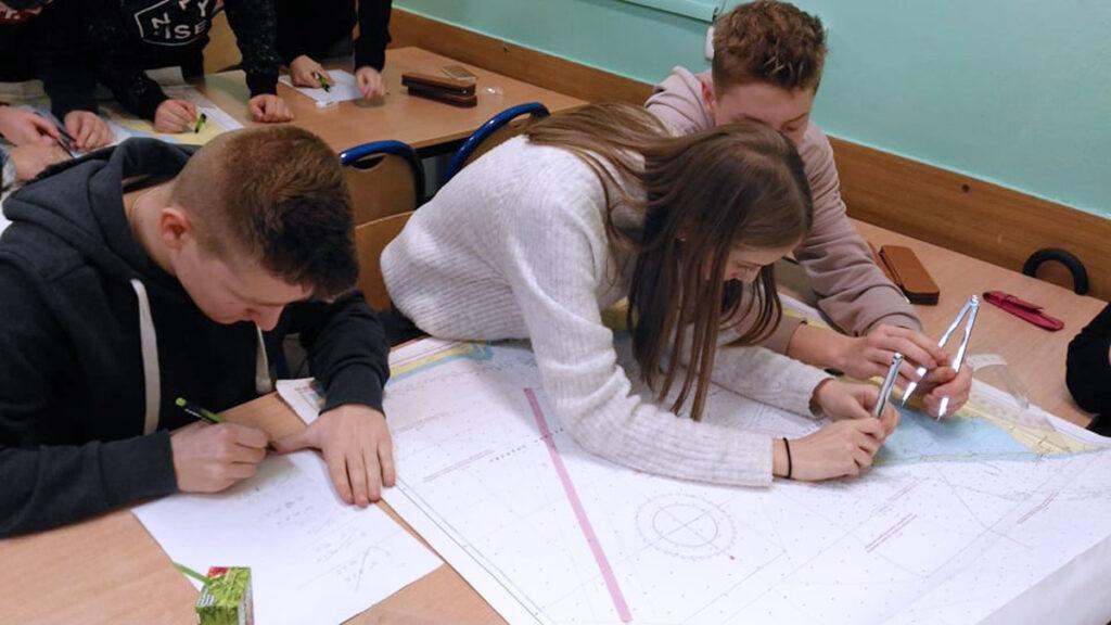 uczniowie uczący się nawigacji