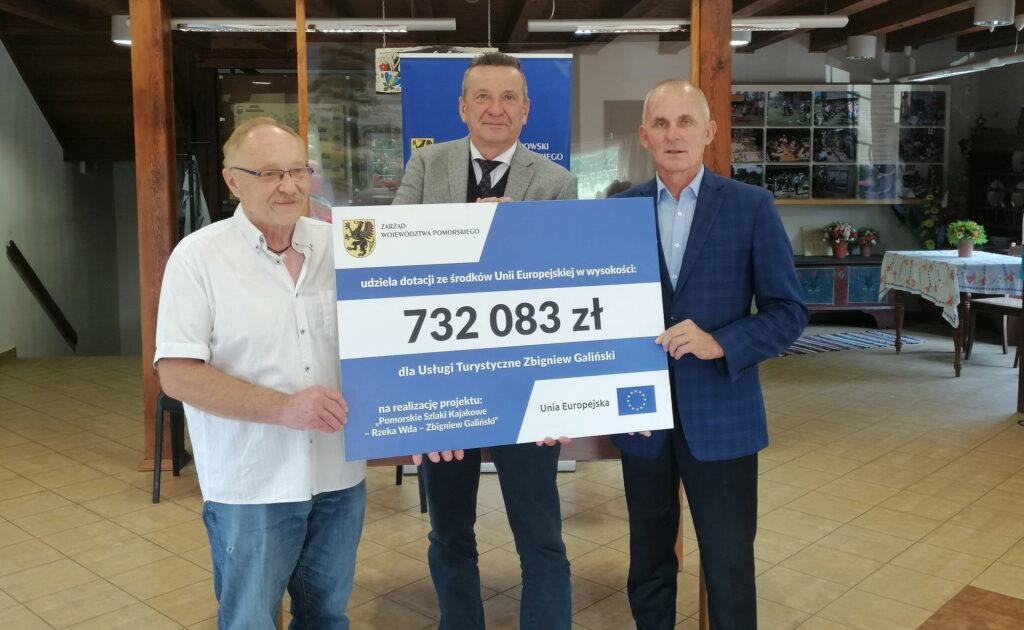 Leszek Bonna i inwestorzy trzymają czek na 732 tysiące zł