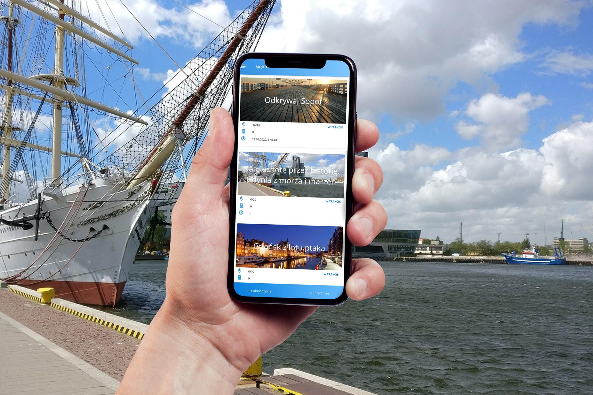 Zdjęcie ilustrujące aplikację Tropiciel na ekranie smartfona