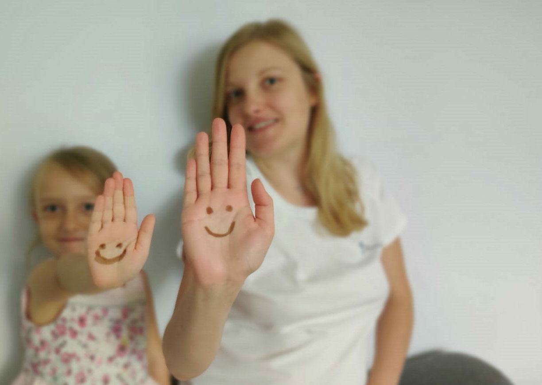 Uśmiechnięta buźka dla rodzin adopcyjnych. Namaluj ją na dłoni i wesprzyj piękną ideę