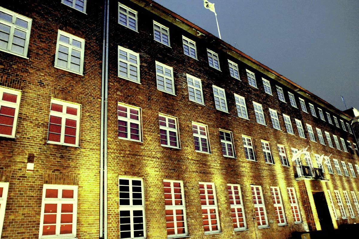 Podświetlony po zmroku budynek urzędu marszałkowskiego