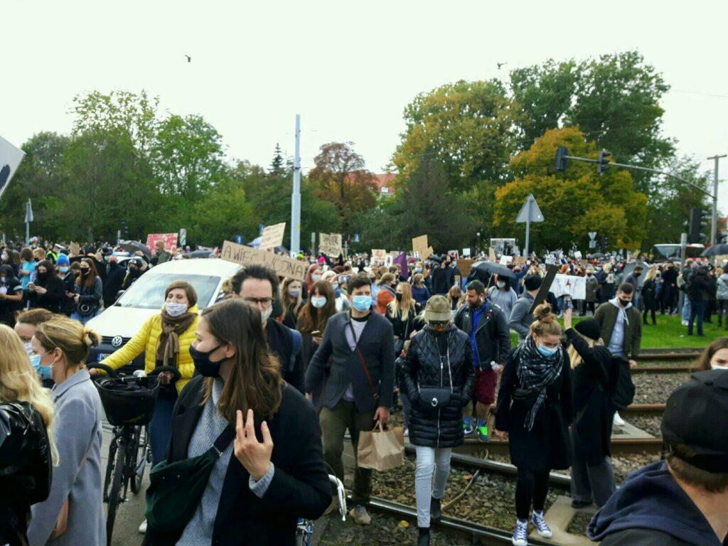 protestujący przechodzą przez torowisko w gdańsku