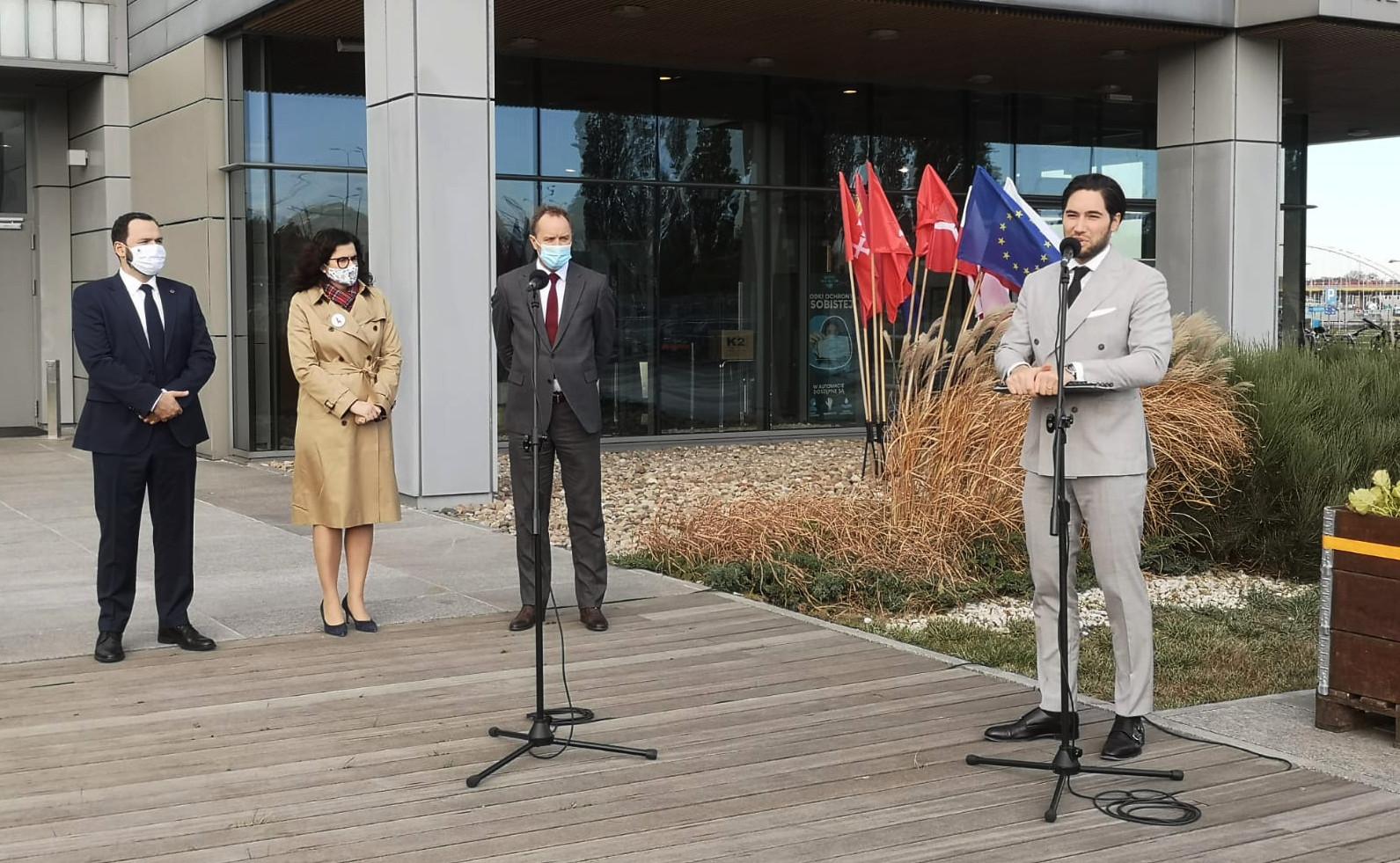 Konferencja prasowa przed budynkiem MTG. Mieczysław Struk, Aleksandra Dulkiewicz, Kamil Wyszkowski