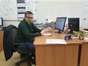 Mężczyzna pracuje przy biurku przed komputerem
