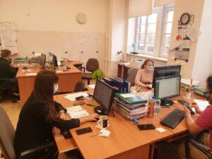 Urzędnicy pracują przy biurkach