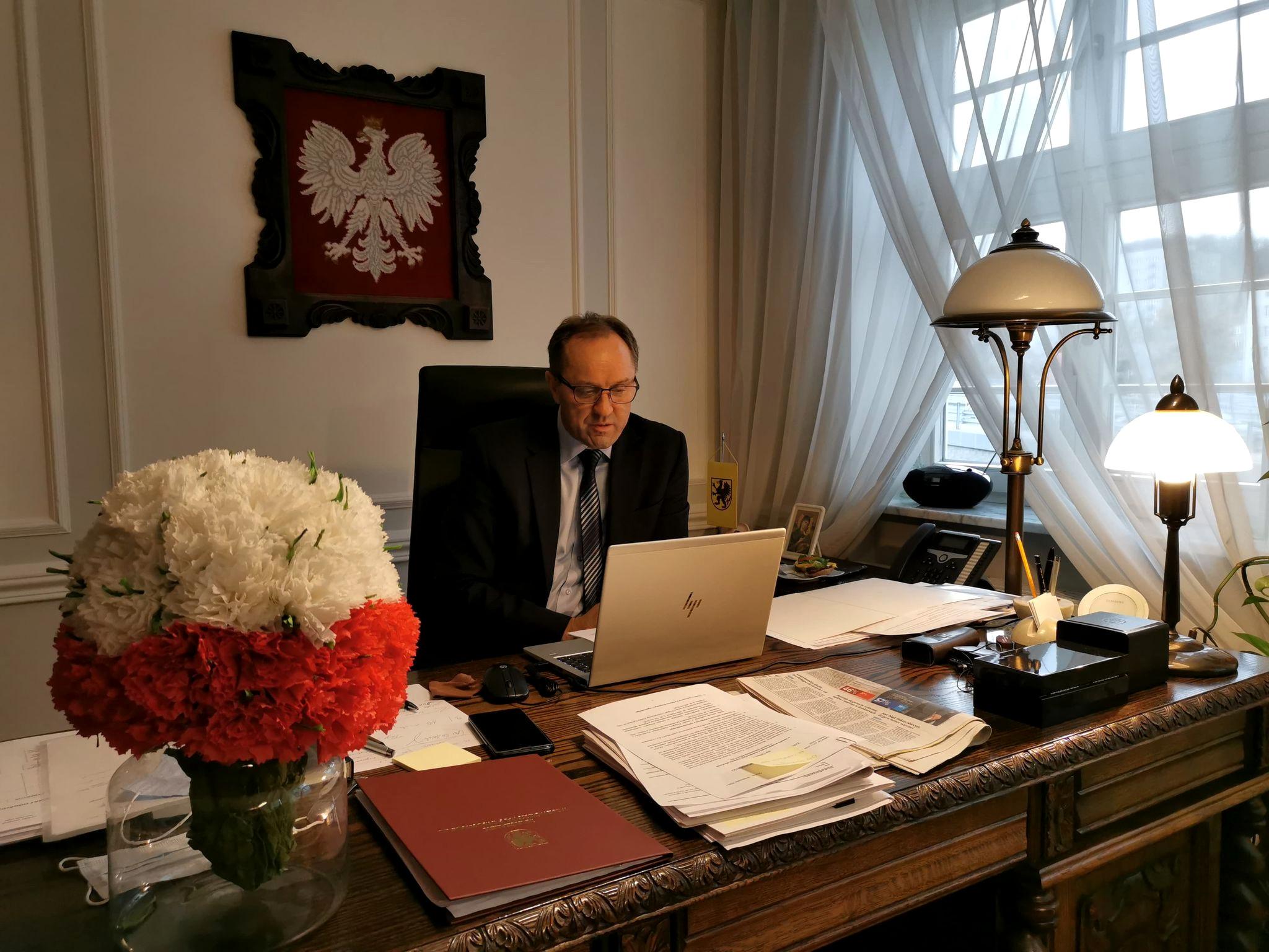 Marszałek Mieczysław Struk za biurkiem w urzędzie