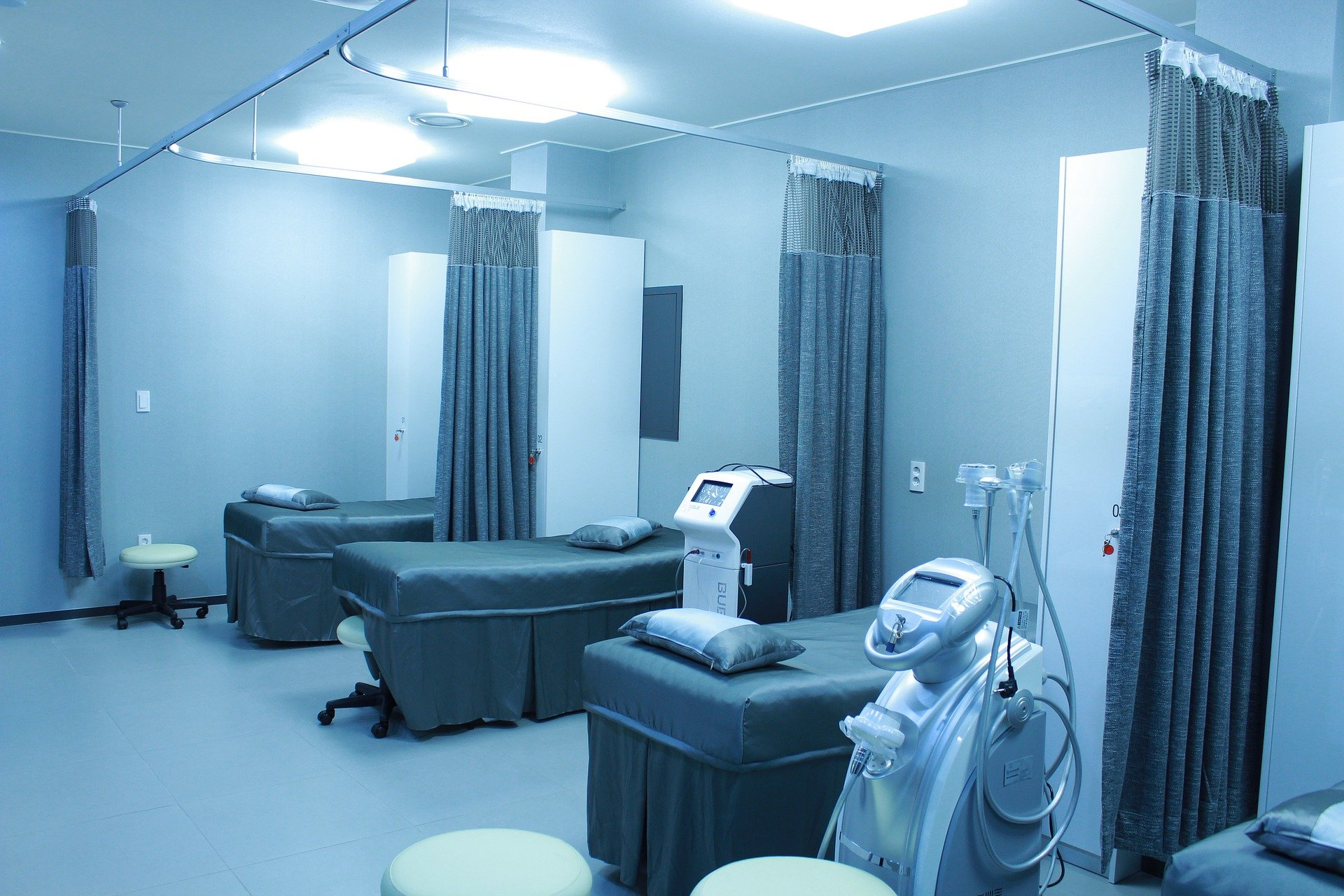 Sala szpitalna z łóżkami