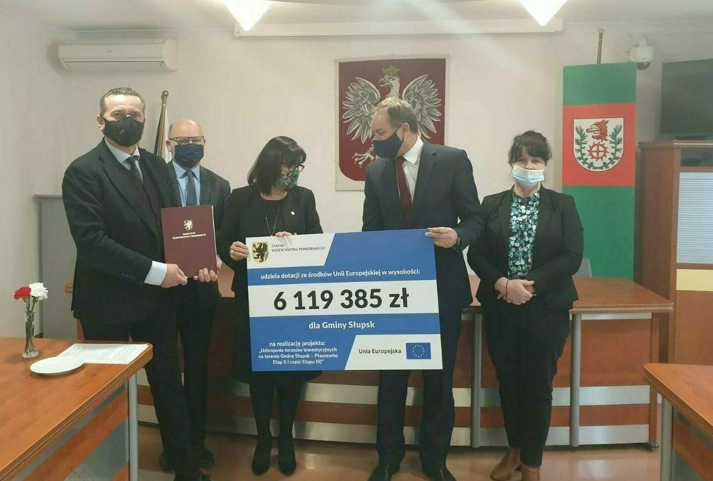 Marszałkowie Mieczysław Struk i Leszek Bonna podpisują z wójt Słupska Barbarą Dykier umowę na dofinansowanie projektu dotyczącego przygotowania terenów inwestycyjnych na obszarze Słupskiej Specjalnej Strefy Ekonomicznej