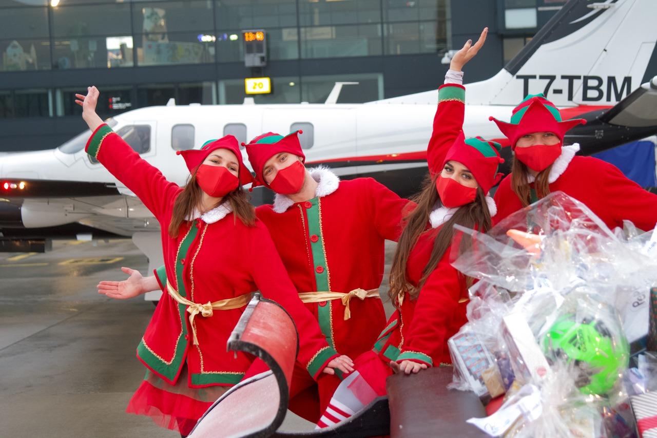 Do Gdańska przyleciał Święty Mikołaj. Przywiózł prezenty dla dzieci z Domu im. Korczaka