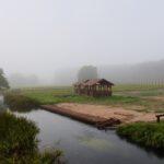 Przystań nad rzeką we mgle