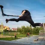 Chłopak skacze na hulajnodze