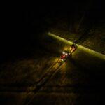 Ciągnik pracuje w nocy na polu