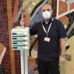 Pracownik szpitala z pompą infuzyjną