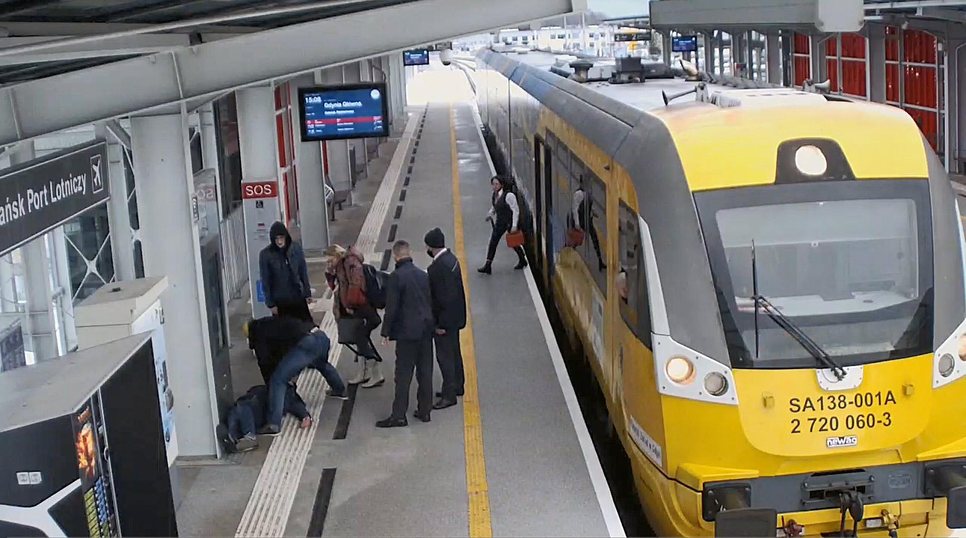 Akcja ratunkowa na peronie. Pasażer i kierownik pociągu linii PKM uratowali pasażera