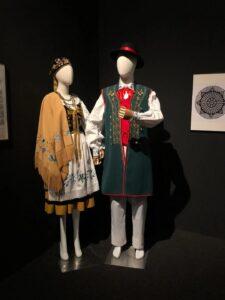kaszubskie stroje na manekinach. strój żeński i męski