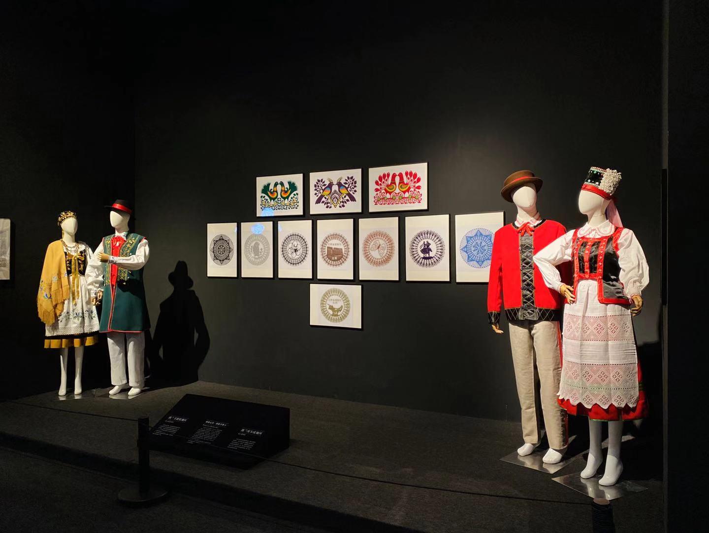 Biżuteria z bursztynu i kaszubskie stroje na wystawie w Chinach. Robią tam furorę