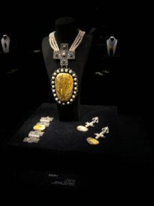 komplet biżuterii z bursztynu. naszyjnik, kolczyki i bransoletka