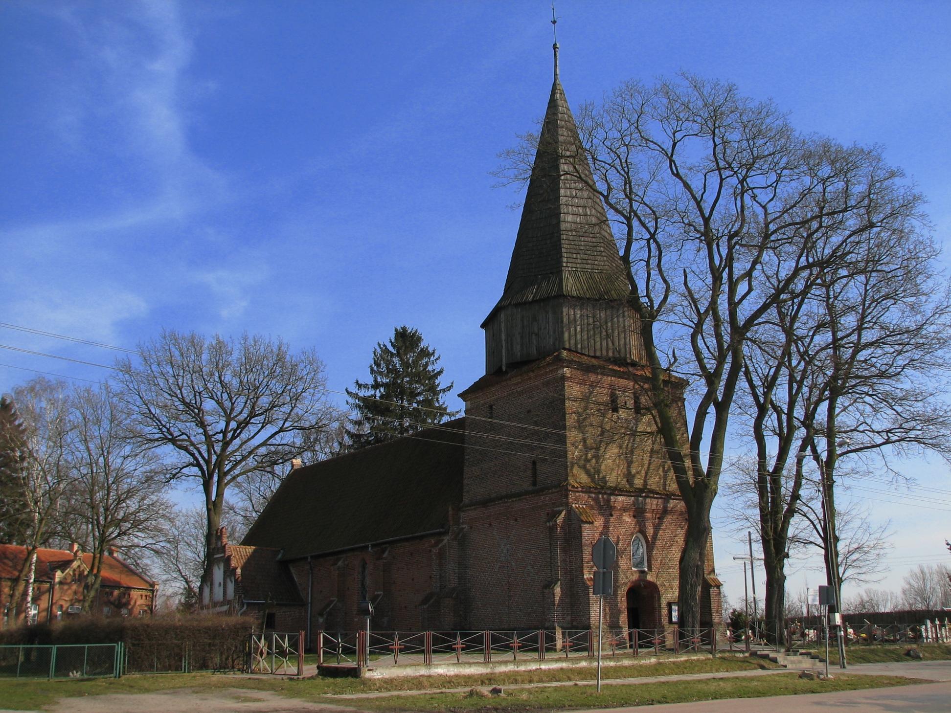Widok na zabytkowy kościół pw. św. Elżbiety Węgierskiej w Lubieszewie