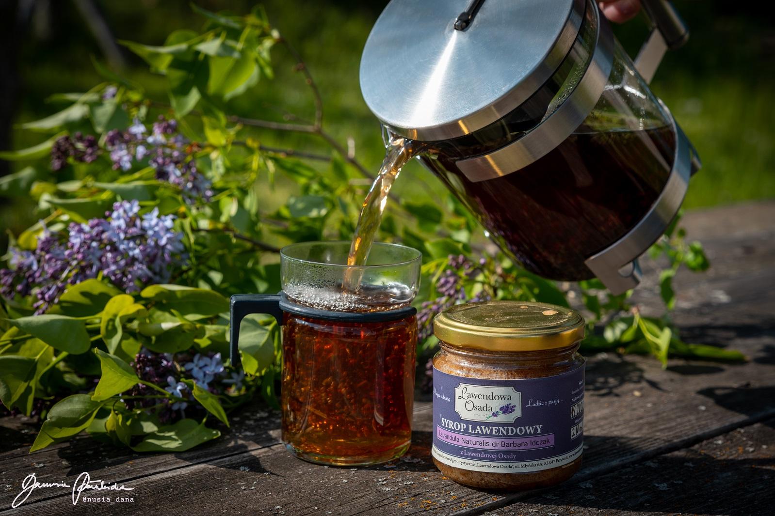 Dzbanek z herbatą i kwiatami lawendy