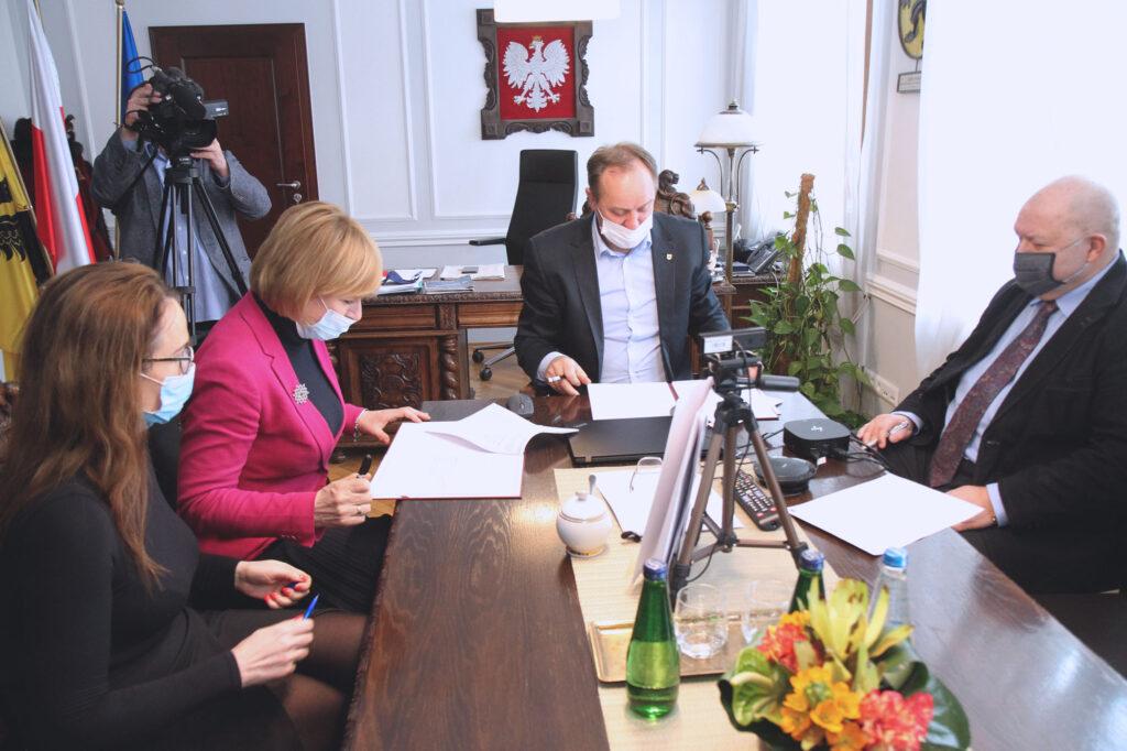wójt gminy dzierzgoń podpisuje umowę o dofinasnowanie