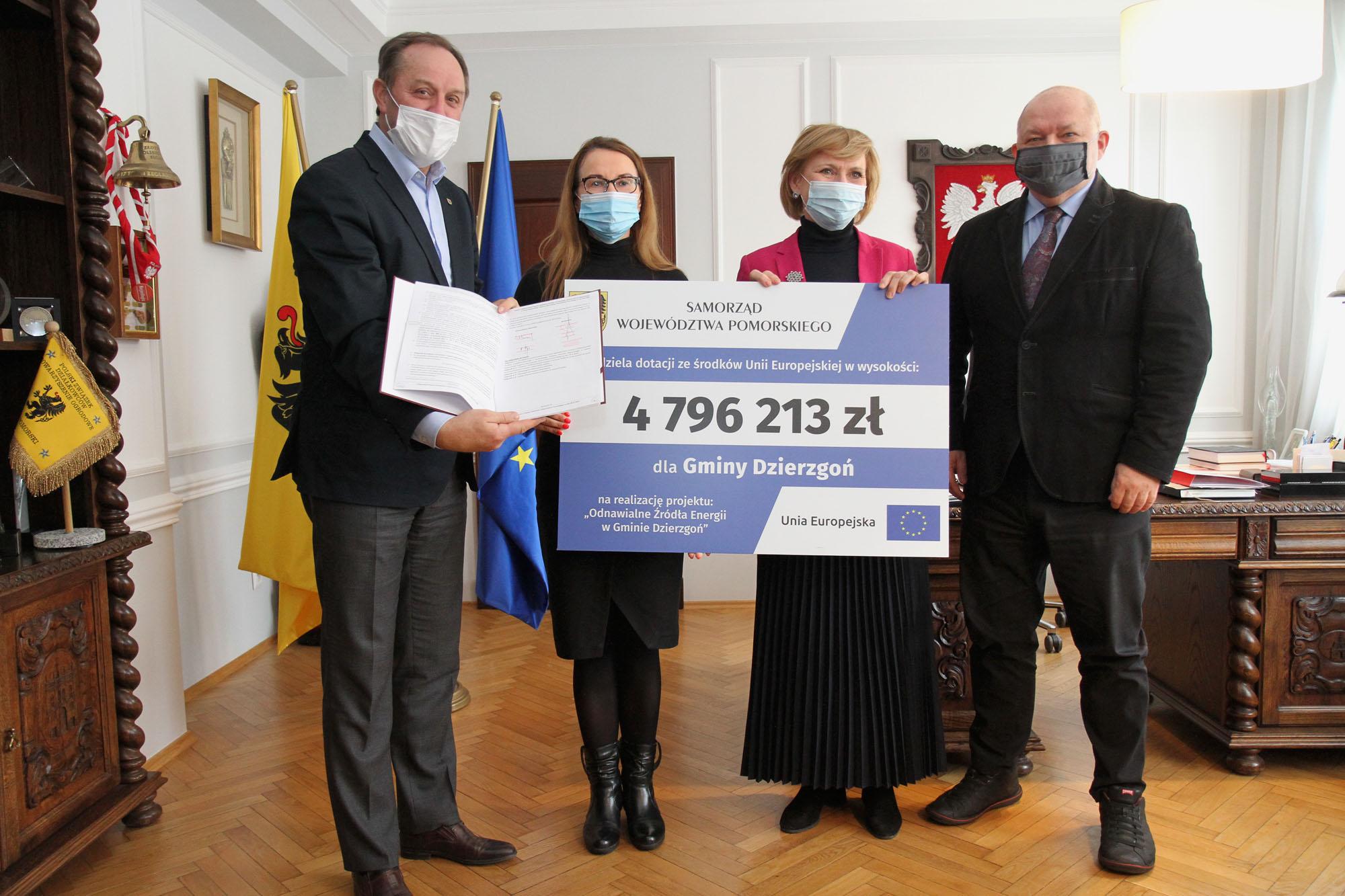 na zdjęciu stoją marszałkowie z wujtem gminy dzierzgoń i skarbnikiem trzymając czek