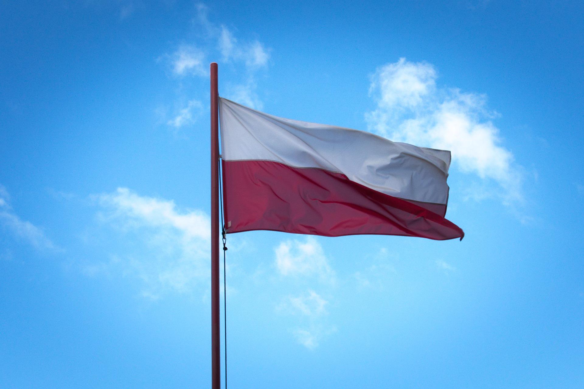 Trzydniowa majówka trwa. Biało-czerwona-flaga na urzędach, domach i ulicach