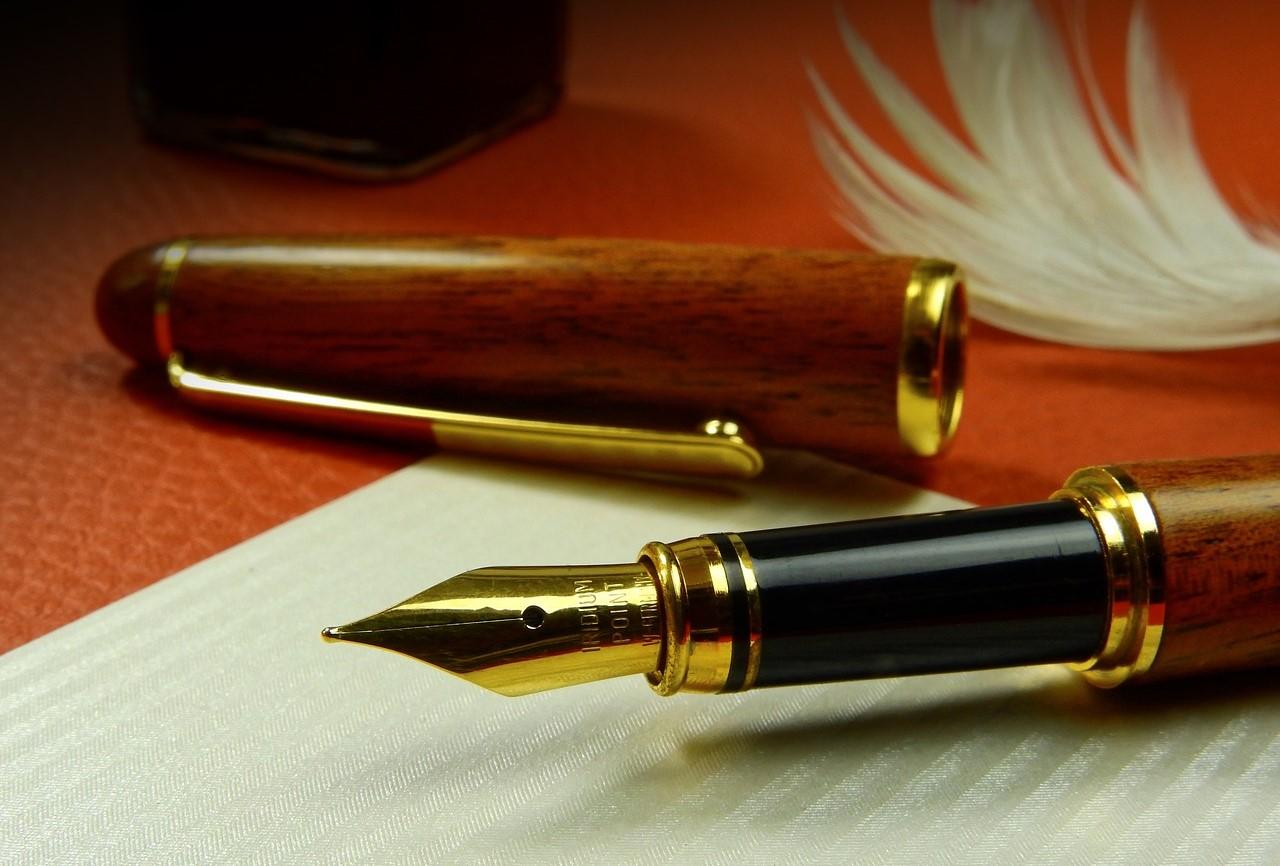 Pióro i kartka papieru. Fot. Pixabay.com