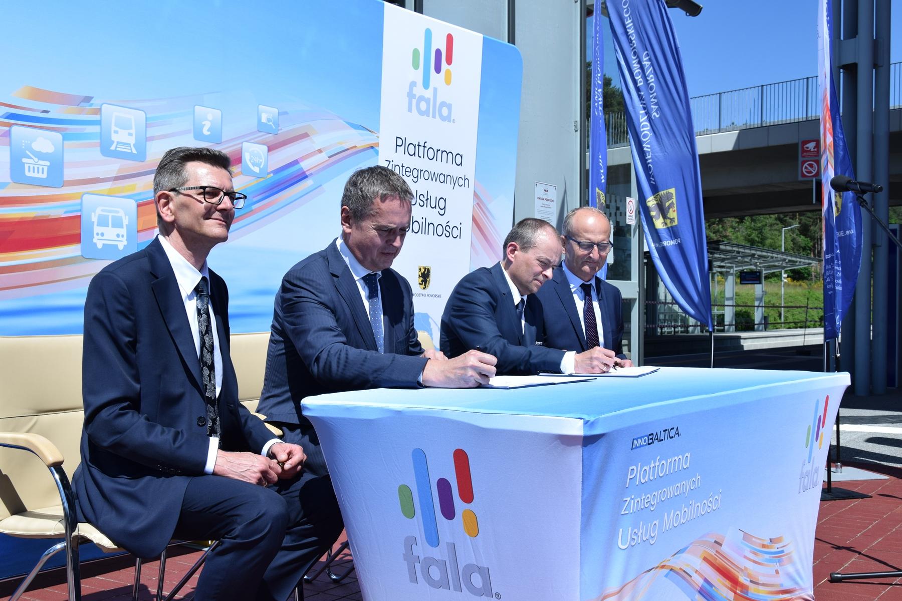 Podpisanie umowy między przedstawicielami spółki InnoBaltica oraz konsorcjum Asseco Data Systems i AEP Ticketing Solutions