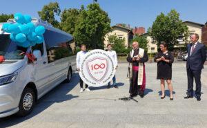 marszałek przekazuje nowego busa szkole
