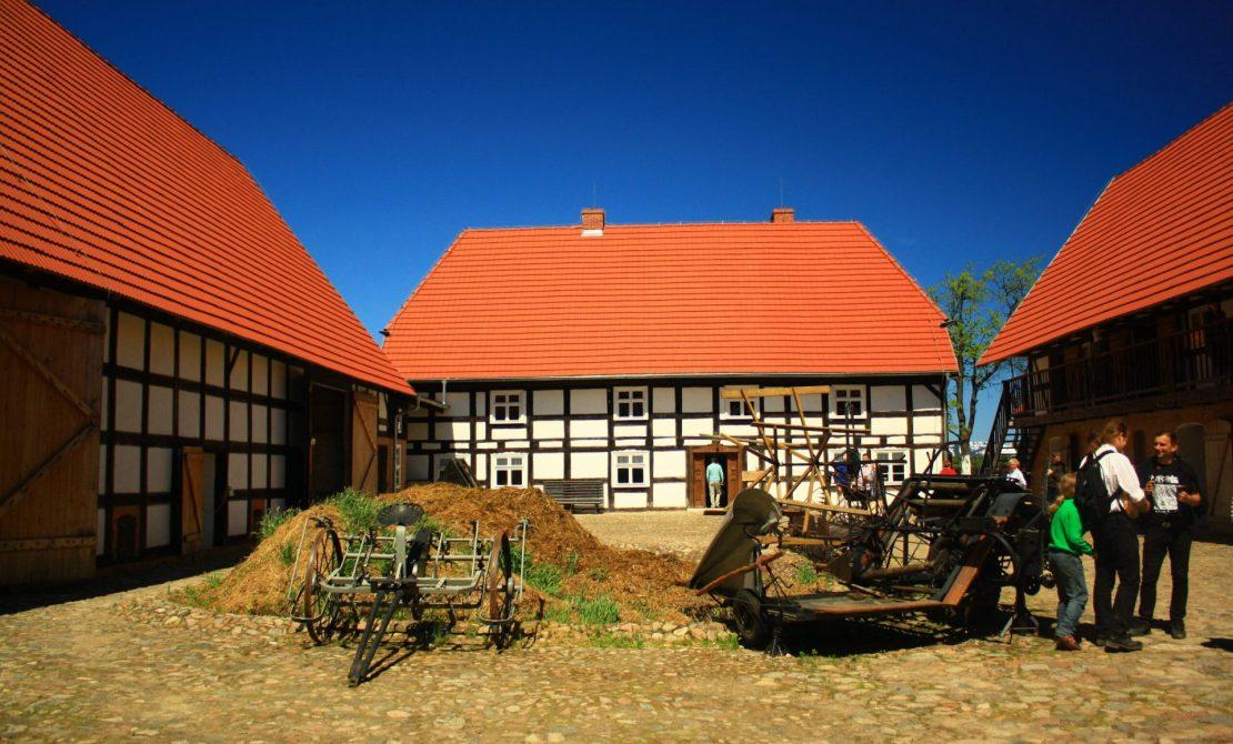 Widok od strony wewnętrznego podwórka na zabudowania zagrodę Albrechta w Swołowie