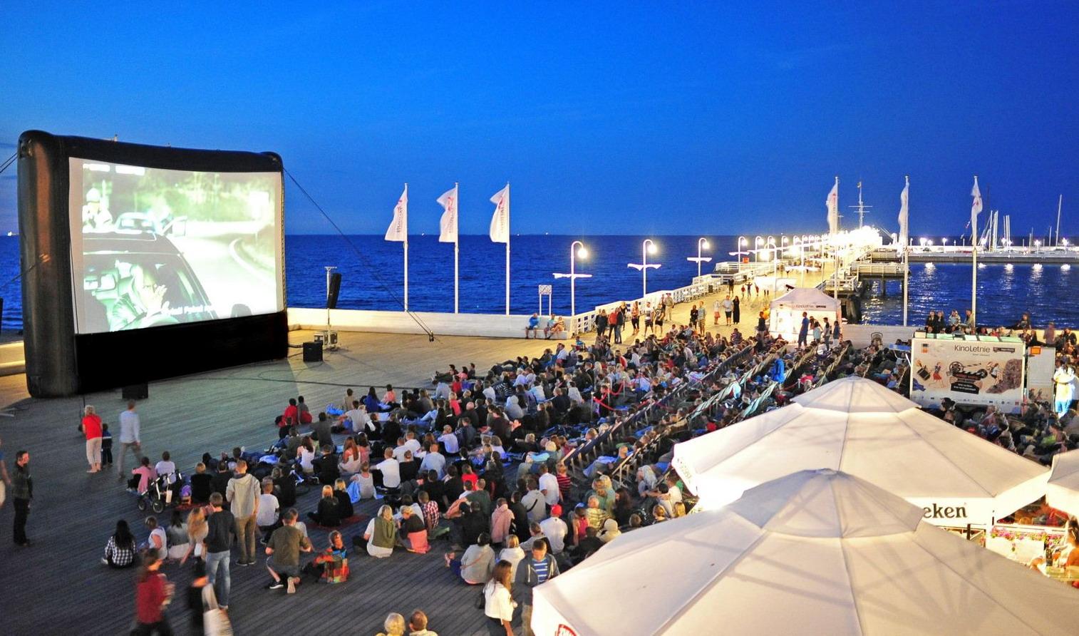 Kino z widokiem na morze. Wakacyjne festiwale filmowe na plaży