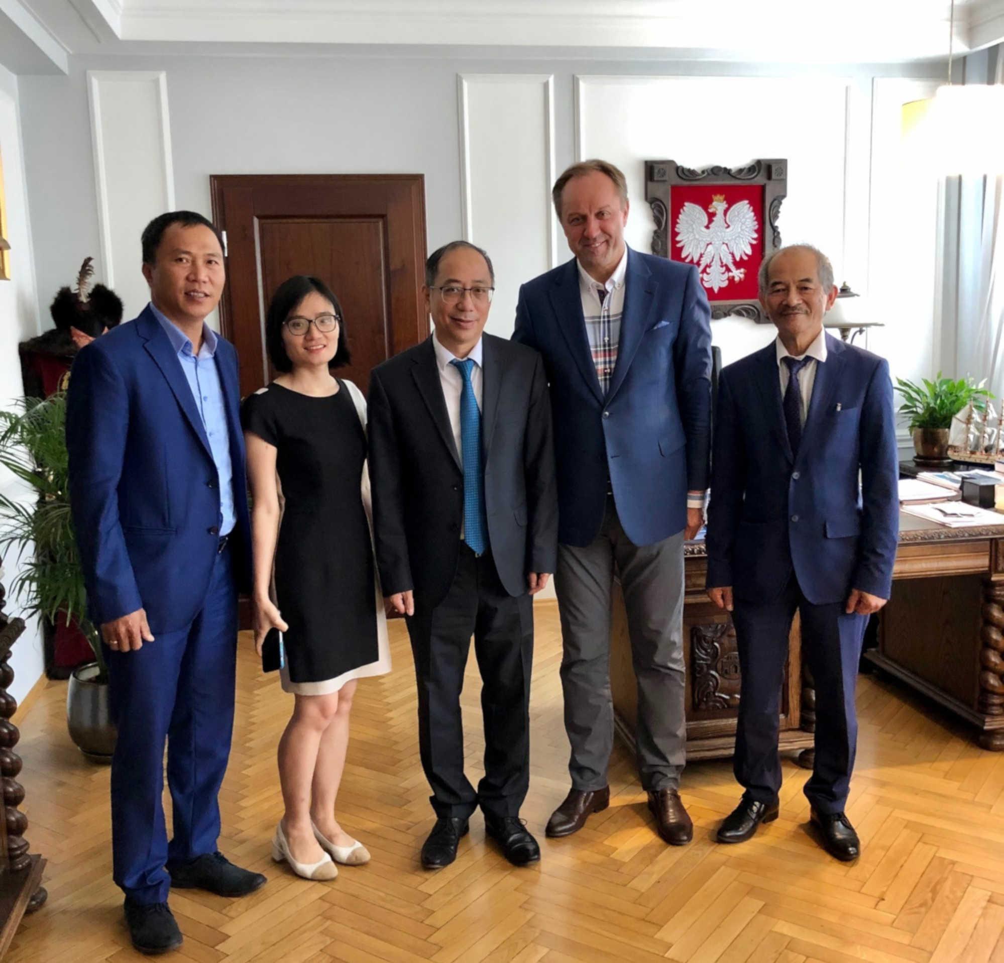 Konkretne rozmowy o gospodarce morskiej, turystyce i pracy. Wizyta ambasadora Wietnamu